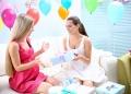 Mujer embarazada recibiendo un regalo de un amigo en una fiesta de baby shower