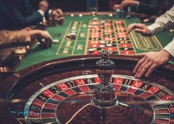 Mesa de juego en casino de lujo.