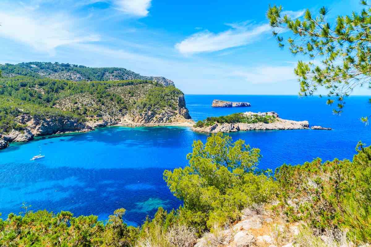Vista de la costa norte de Ibiza entre la bahía de Cala Xarraca y la bahía de Cala Benirras, España