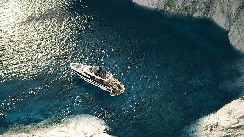 Overmarine reveló el superyate Mangusta Oceano 39, un nuevo modelo de tres cubiertas, diseño de espacio abierto y paredes de cristal