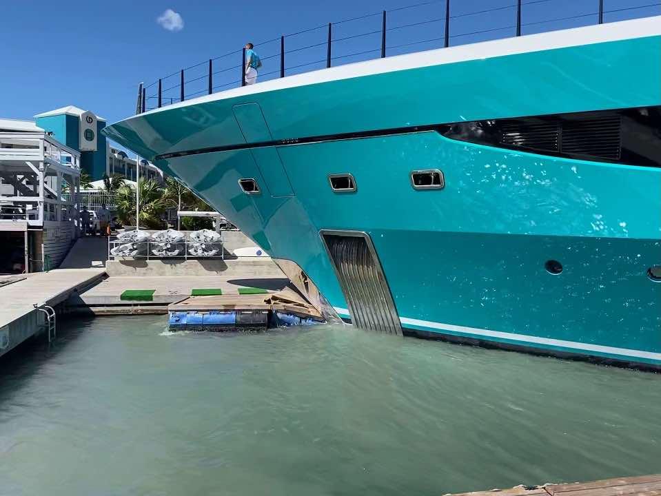 vea como este barco se estrella contra un muelle en San Martín y destruye la marina