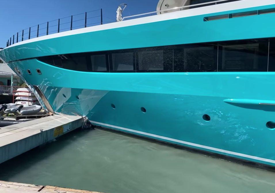 vea como este superyate GO de 120 millones de dólares se estrella contra un muelle en San Martín y destruye la marina