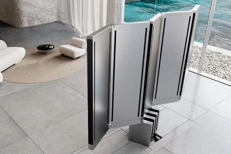 La enorme televisión para dentro del hogar de C SEED se pliega y desaparece en el suelo cuando no está en uso.