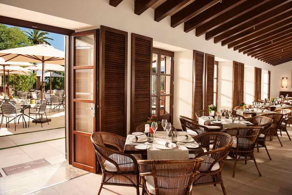 El hotel inaugura el elegante restaurante gourmet Sa Clastra dirigido por el joven y talentoso chef mallorquín Jordi Cantó.
