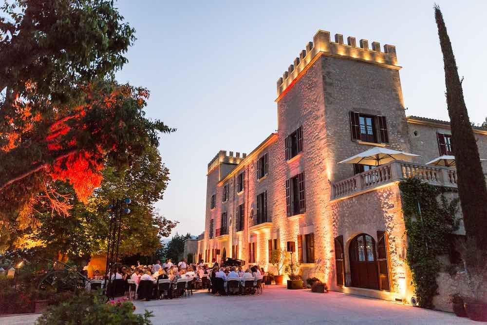 El hotel se erige en un castillo histórico del siglo XIX.