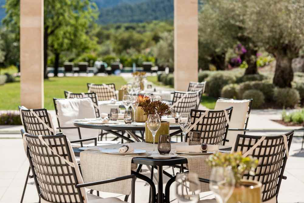 El hotel cuenta con el restaurante Olivera, dirigido por el chef mallorquín Pep Forteza.