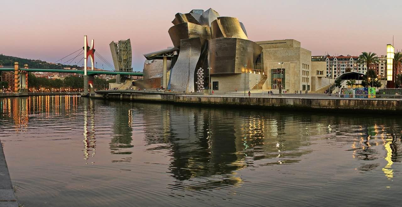 Bilbao, España – Conozca la arquitectura ondulante en el Museo Guggenheim diseñado por Frank Gehry