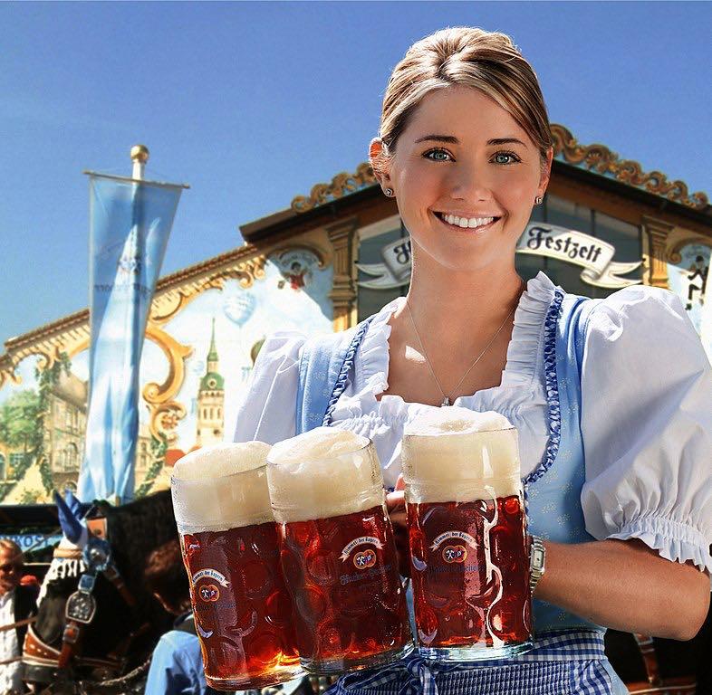 Munich, Alemania: Beber cerveza de jarra durante el Oktoberfest