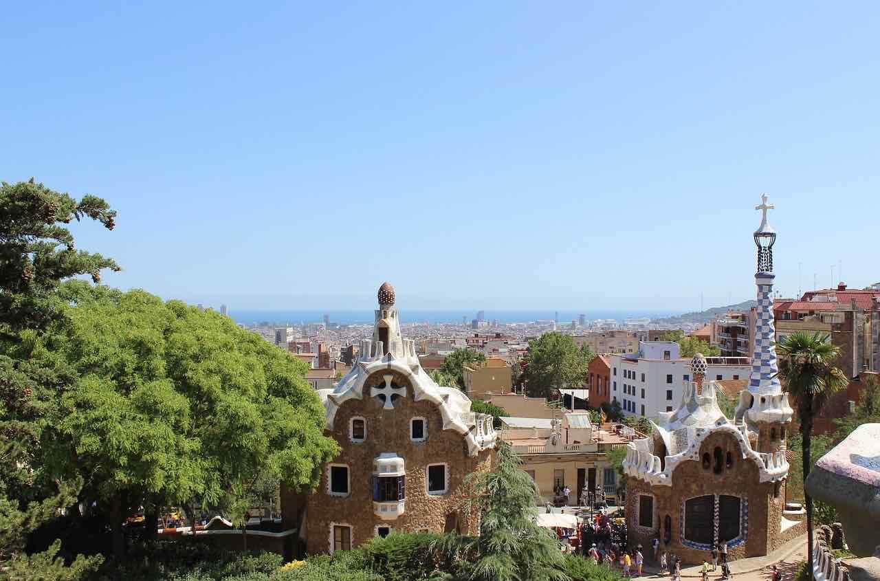 Barcelona, España - Pase una tarde campestre en el surreal Parque Güell de Antoni Gaudí.