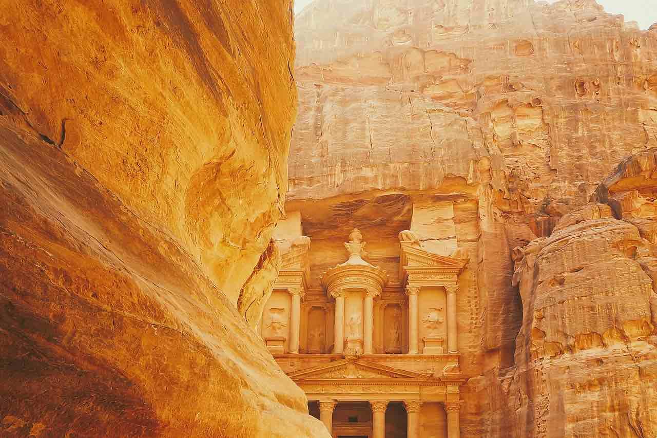 Petra, Jordania - Explora las calles de una antigua ciudad hecha de rocas.