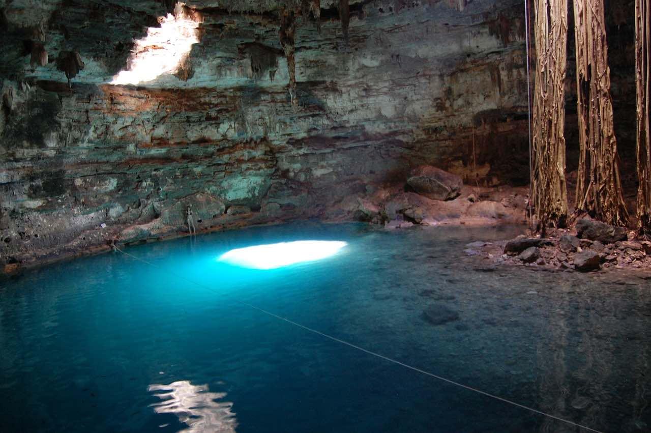 Yucatán, México - Tome un Baño en la caverna profunda de Cenote.
