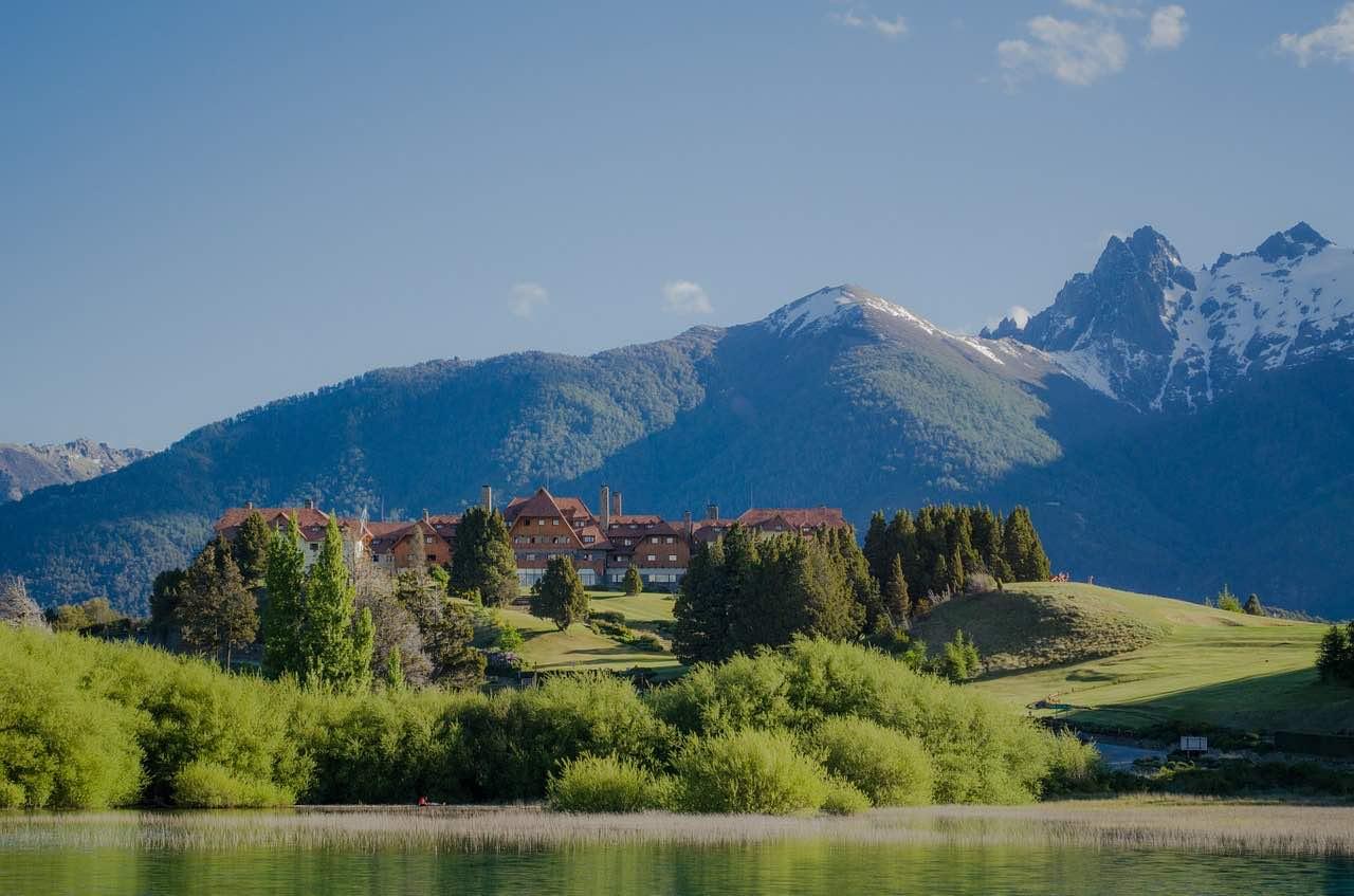 """Bariloche, Argentina - Disfrute de un delicioso té por la tarde en el Hotel """"Llao Llao"""" en las montañas."""