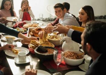 Familia mexicana comiendo comida mexicana juntos para navidad