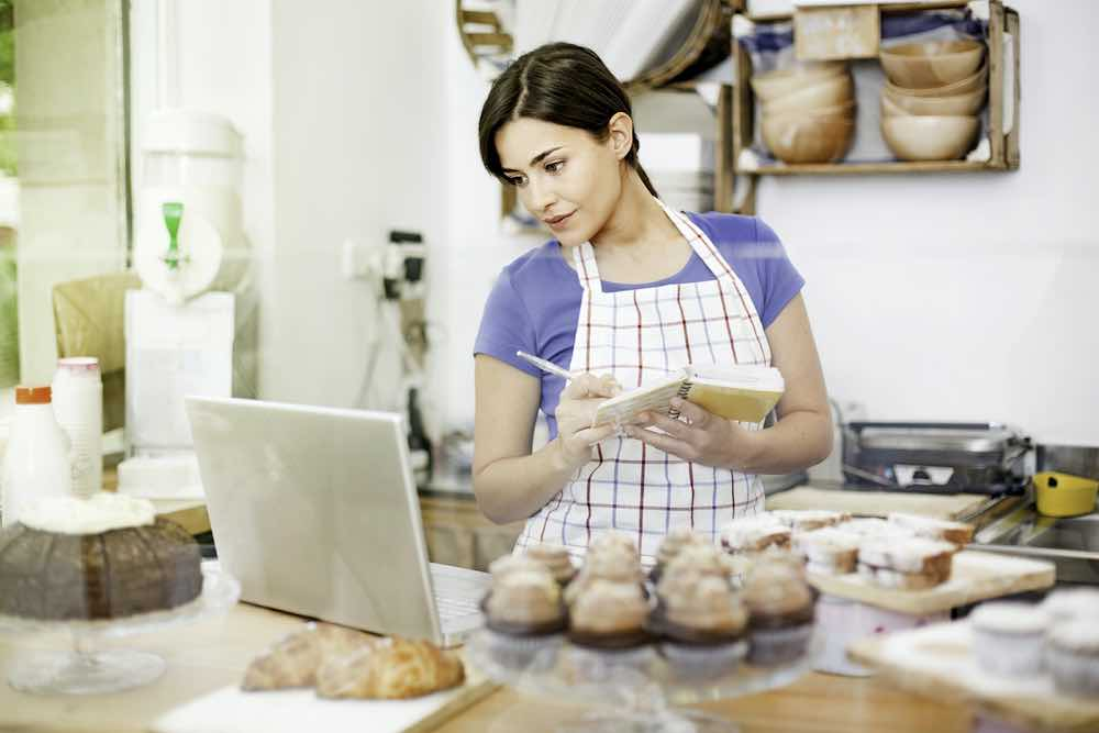 Mujer cocinando cupcakes en casa.