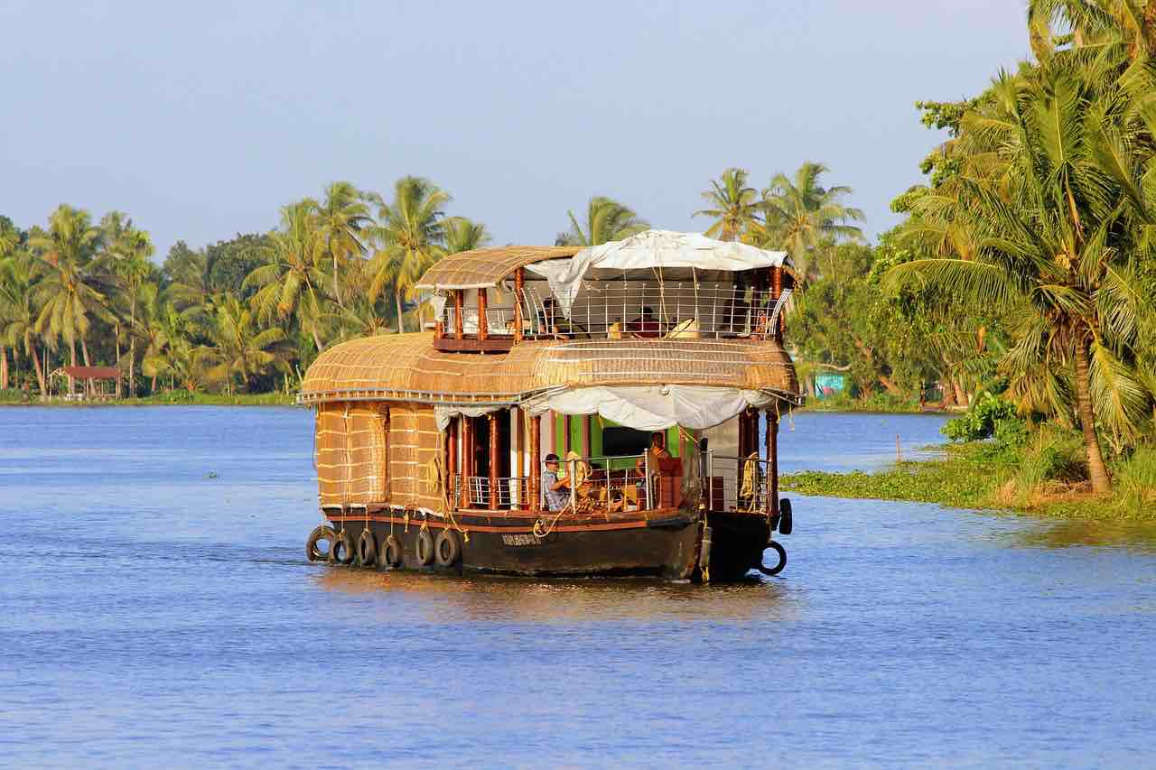 Kerala, India - Navegue en un bote/casa flotante por las aguas estancadas de la ciudad.