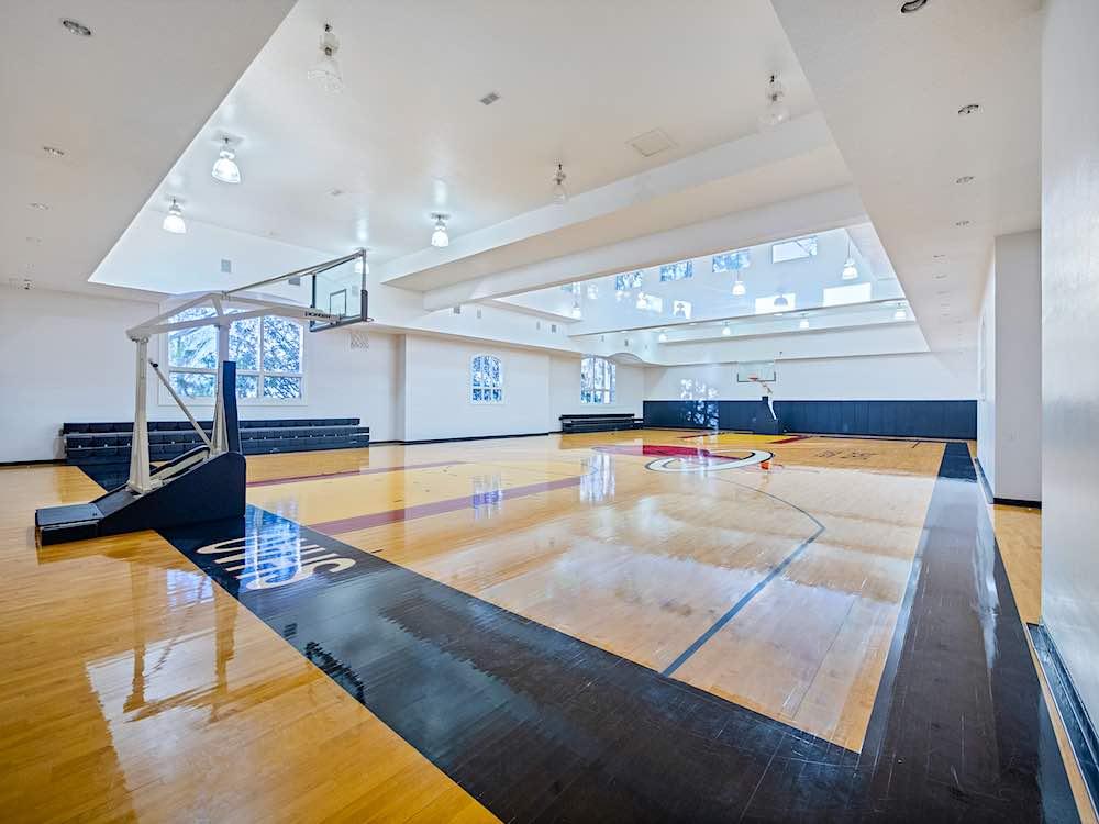 Cuenta con una instalación deportiva que incluye una cancha de baloncesto profesional bajo techo de aproximadamente 6.000 pies2 completa con asientos en las gradas.