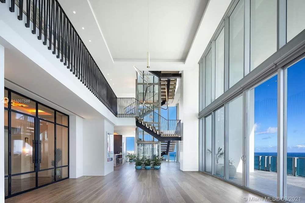 El ático se encuentra en el condominio frente al mar de 18 pisos L'Atelier Residences.