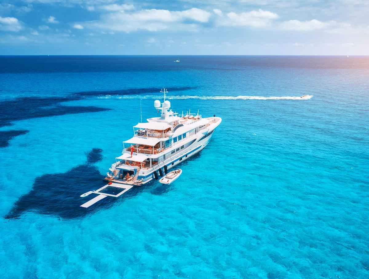 Barco en la costa azul de las Islas Baleares.