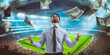 Hombre que se regocija en el estadio por ganar una rica apuesta de fútbol.