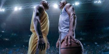 Dos jugadores de baloncesto en la gran arena profesional antes del juego.