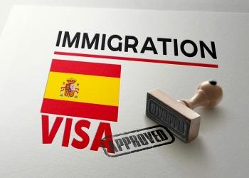 Visa de España aprobada con sello y bandera nacional