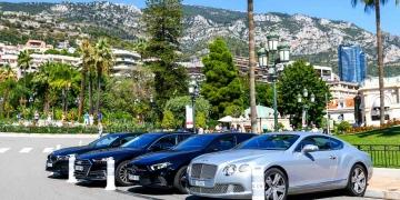 Coches de lujo Bentley, Mercedes-Benz, BMW y Audi frente al casino.