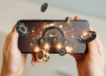 Casino en línea, teléfono inteligente con naipes, ruleta y fichas, fondo negro-dorado. Concepto de juegos de azar en Internet.