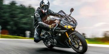 Motocicleta en la carretera conduciendo rápido.