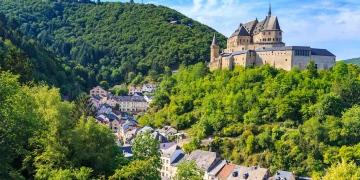 Castillo de Vianden y un pequeño valle de Luxemburgo.