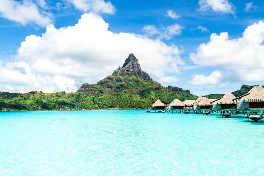 Bora Bora – Permanezca en una cabaña sobre el agua cristalinas.