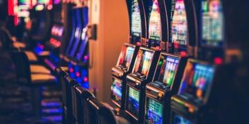 Máquinas tragamonedas en un casino.