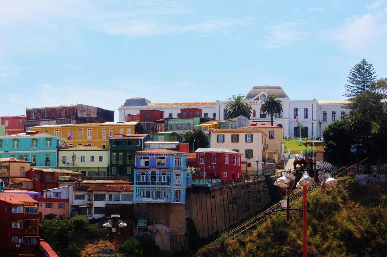 Valparaíso, Chile - Vista de coloridas casas destartaladas, construidas en los acantilados.