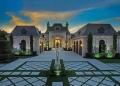 Esta espectacular casa frente al mar de inspiración francesa en Jupiter, Florida está a la venta por de $15 millones