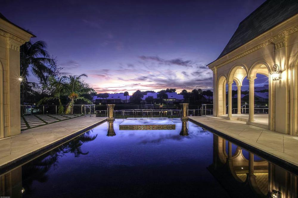 Está propiedad esta listada por Robert Thomson de Waterfront Properties & Club C en Zillow.com.