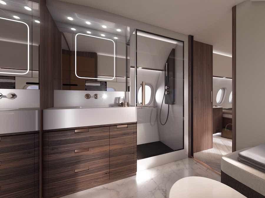 El avión de ultra largo alcance tiene un suite con un baño con ducha completa.
