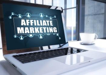marketing de afiliados en la pantalla de un portátil moderno en un entorno de oficina.