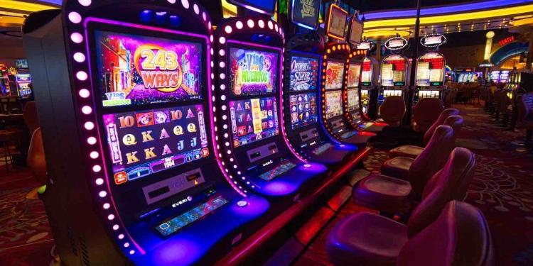 Máquinas tragamonedas de casino.