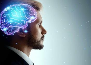 Hombre en un holograma de un cerebro en funcionamiento. El concepto de inteligencia, trabajo cerebral, pensamiento.