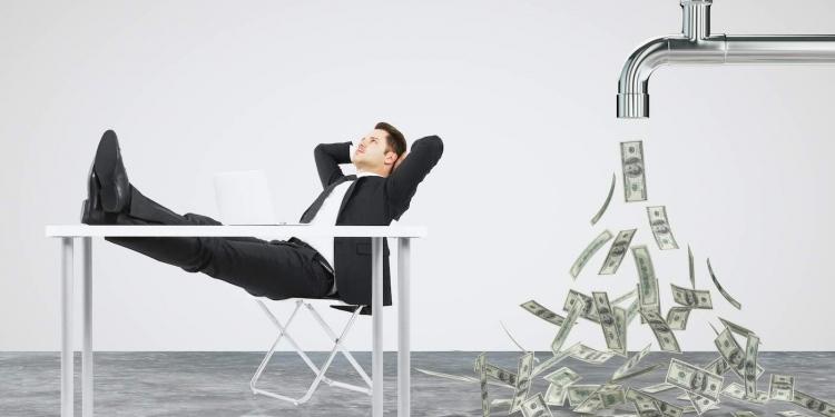 Empresario descansando sobre una silla y un grifo del que fluye el dinero.