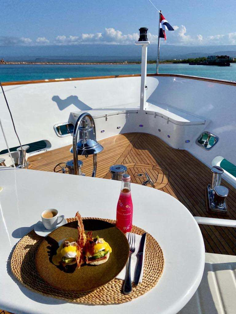 Blue Sky: El súper yate de lujo que te lleva a una ultra exclusiva isla caribeña y que puedes alquilar a un precio especial a través de Mega Ricos