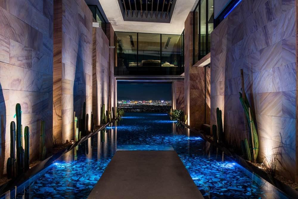 Esta lujosa mansión ecológica en Las Vegas es para un millonario aficionado a los coches