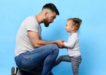 Padre e hija hablando.