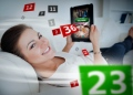 Mujer acostada en un sofá. juegos de azar en tableta. Ruleta online