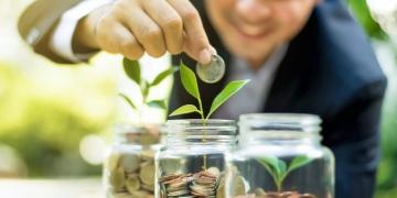 Empresario demostrando crecimiento financiero a través de planes de ahorro y de inversión.
