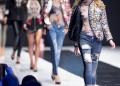 Modelos caminan por la pasarela durante un desfile de modas.