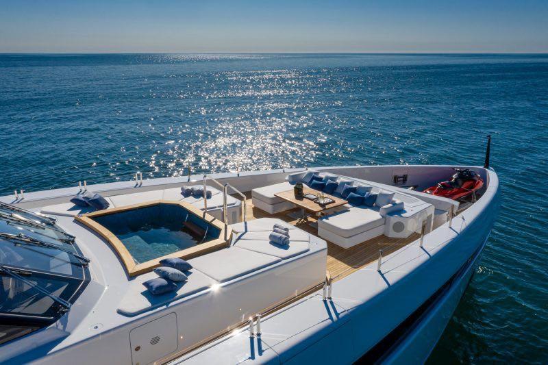 La embarcación está equipada con un bote auxiliar (Tender) y una moto acuática.
