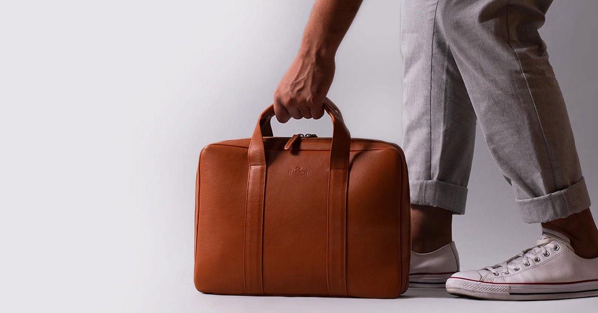 Con el moderno maletín Harber London para portátil de cuero hecho a mano llevarás tus dispositivos electrónicos con elegancia y categoría