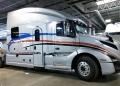 Camión Volvo VNL Expedite con baño y cocina por Bolt Custom Trucks