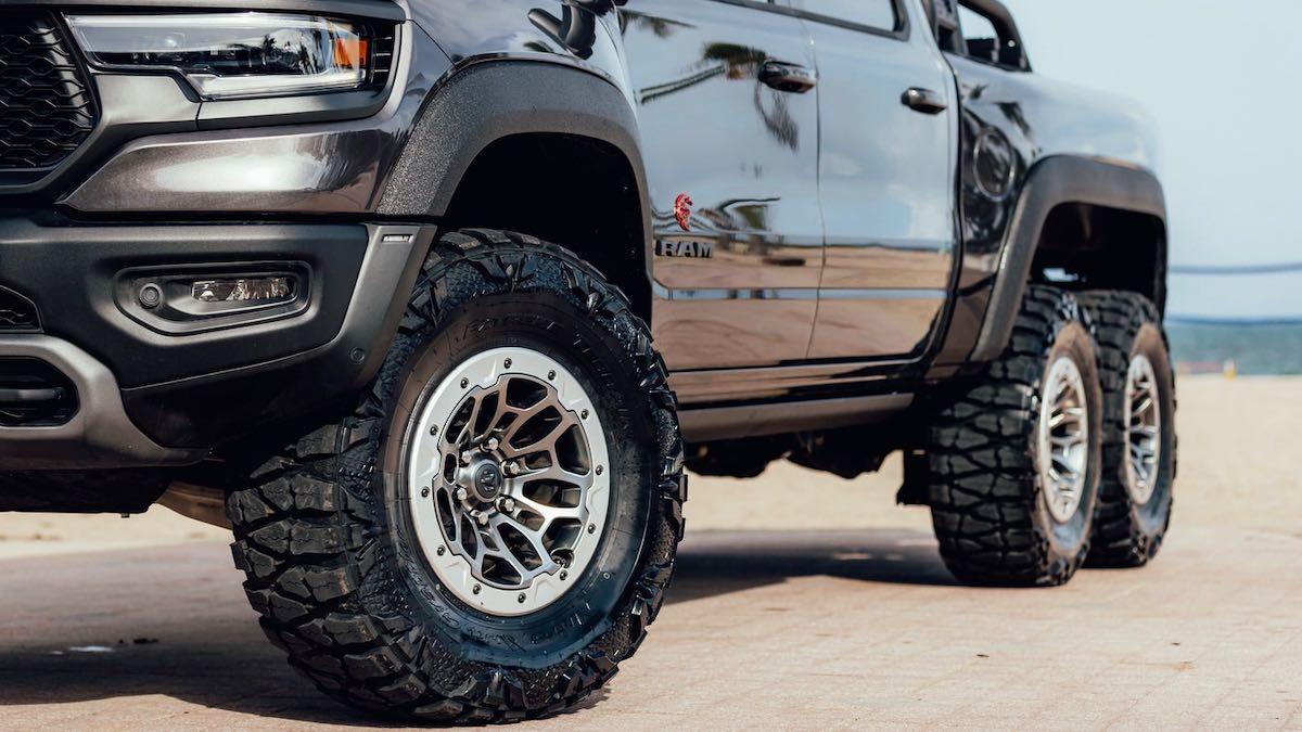 Diabólica camioneta Warlord Ram 1500 TRX 6×6 Performance, lo que necesitas para salir a cazar zombis