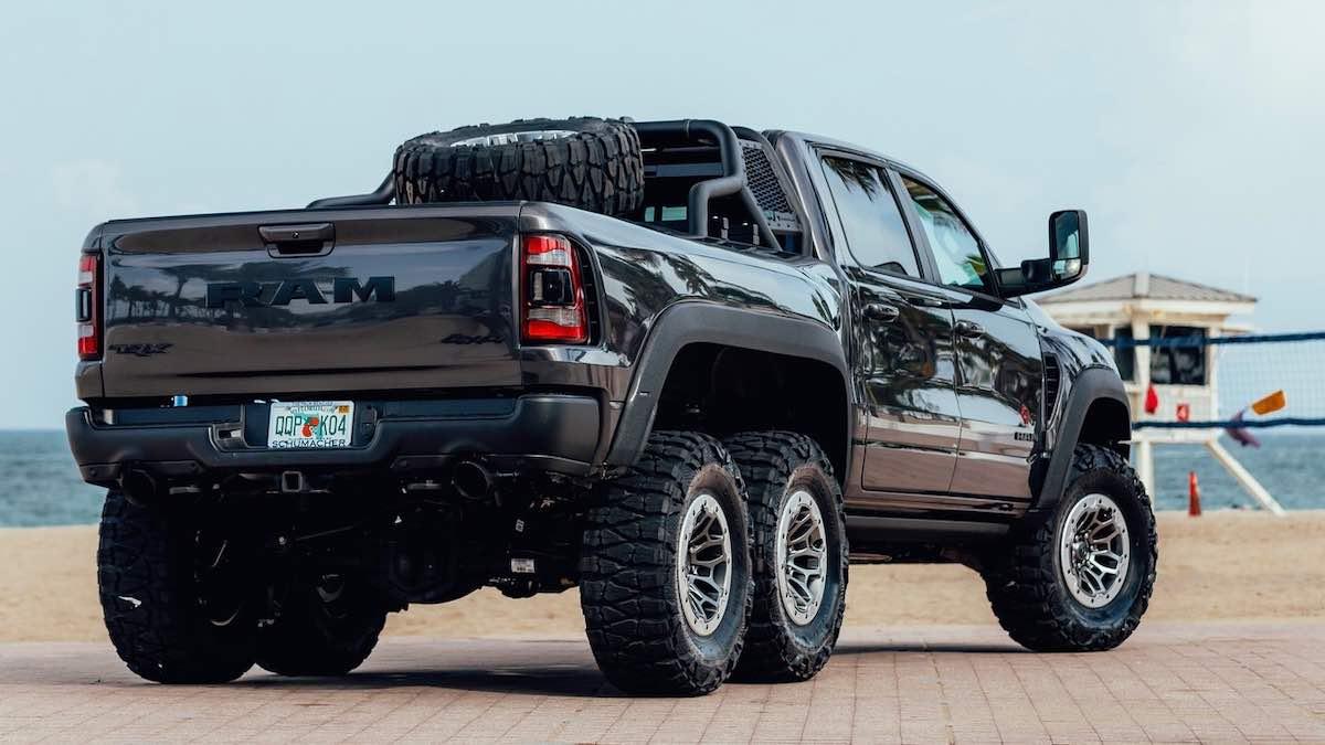 Las seis ruedas (más la de repuesto montada en la plataforma) miden 18 pulgadas, con neumáticos de 37 pulgadas para el barro.